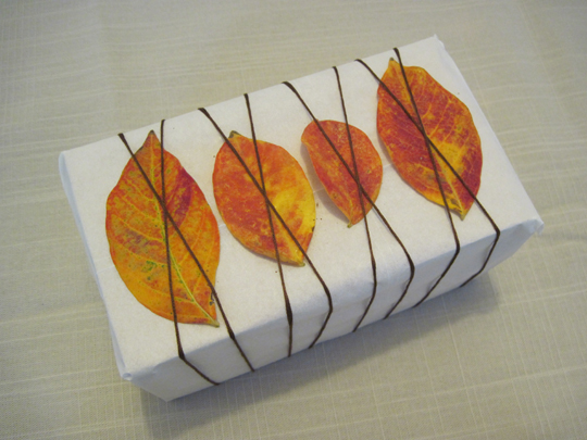 gift-wrapping-autumn-leaves